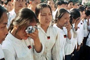 Các em học sinh khóc tiễn đưa Bác Hồ tại Lễ Quốc tang Chủ tịch Hồ Chí Minh (tháng 9 năm 1969)