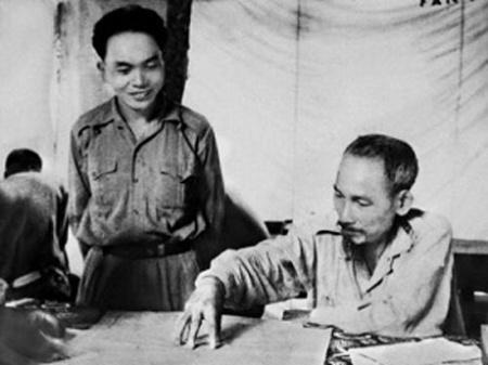 Chủ tịch Hồ Chí Minh và Đại tướng Võ Nguyên Giáp